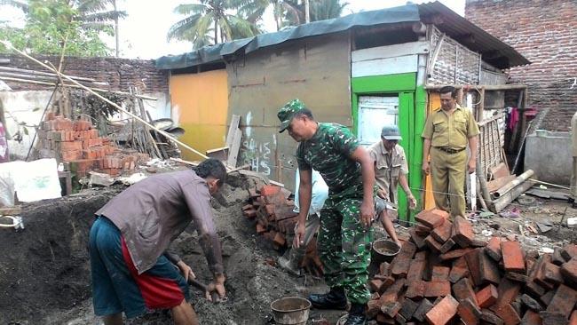 Bangun Rumah Warga Wujud Kemanunggalan TNI dan Rakyat