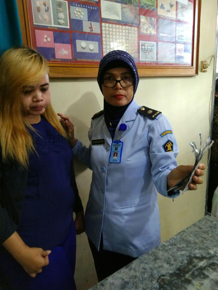 Tutik saat diamankan petugas Lapas Kelas I malang/LP Lowokwaru. (ist)