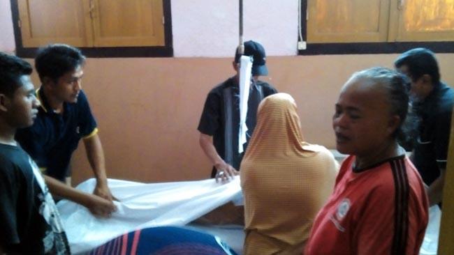 Korban meninggal saat di kamar mayat didampingi keluarganya RSUD Dr Moch Saleh
