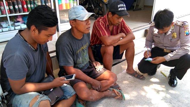 5 orang pekerja yang selamat saat dimintai keterangan oleh anggota Polsek Panji. (im)