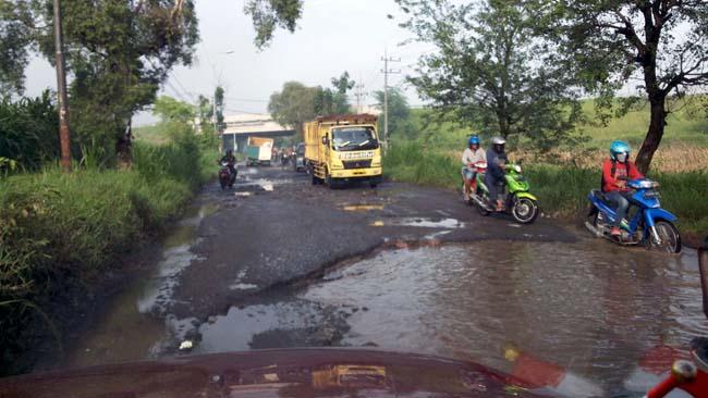 5 Tahun Jalan Raya Jetis-Kupang, Dibiarkan Rusak Parah