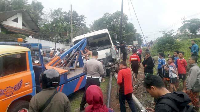Bus TK-SDN Model Tlogowaru Tabrak 2 Tiang Telpon
