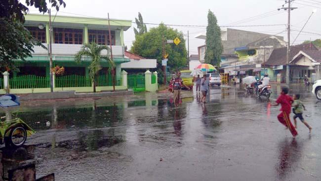 Hujan Angin 1 Jam di Situbondo, Beberapa Ruas Jalan Terendam Banjir