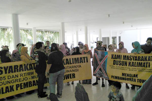 Warga Dusun Kalimati, Desa Kedungrejo, Kecamatan Muncar saat demo di DPRD Banyuwangi dan perwakilan warga saat hearing dengan Komisi 1 DPRD Banyuwangi.