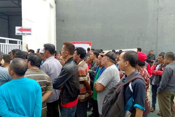 Tampak tertib warga Antri di depan pintu masuk menuju loket tilang Kantor Kejaksaan Negeri Situbondo. (im)