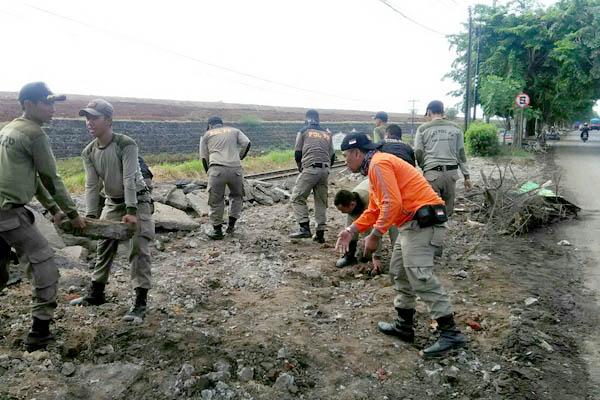 Puluhan Satpol PP membersihkan puing-puing bekas bongkaran bangunan liar di sepanjang jalan raya Desa Ketapang dan Desa Kalitengah, Tanggulangin.(Memo X/Agus HP)