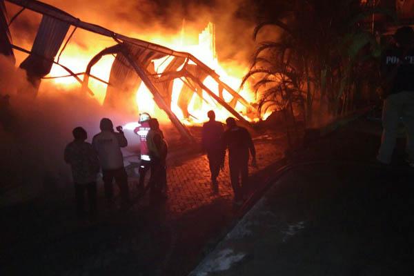 pabrik Shuttle Cock saat terbakar. (ist)