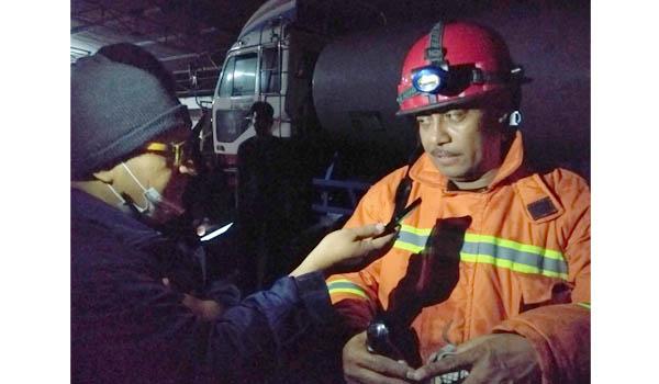 UPT : Jose Belo, kepala UPT Pemadam Kebakaran Kota Malang beri keterangan kepada seorang wartawan. (sos)