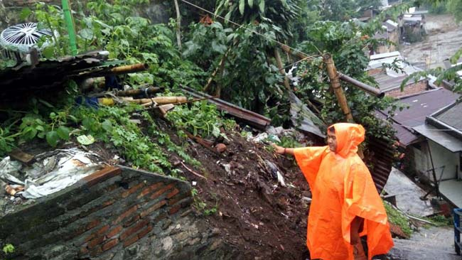 Lereng Sungai Kota Malang Ambrol Tergerus Air Hujan