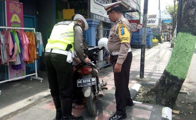 Parkir Sembarangan, Polisi Tilang Pemilik Motor