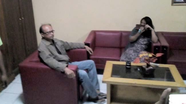 Pol PP dan Warga Gerebek Pasangan Selingkuh Oknum Guru SD di Kamar Kos