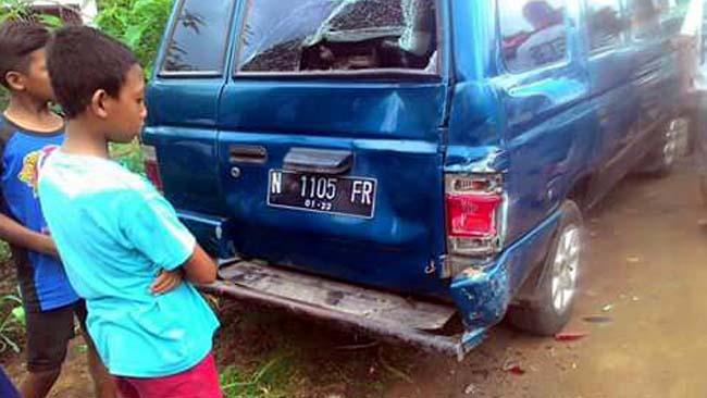 Pulang Sekolah, Boncengan Tiga Balapan Pelajar Tabrak Mobil Parkir