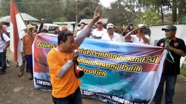 Puluhan Massa Pecinta Lingkungan Demo Tolak Pembangunan Kawah Ijen