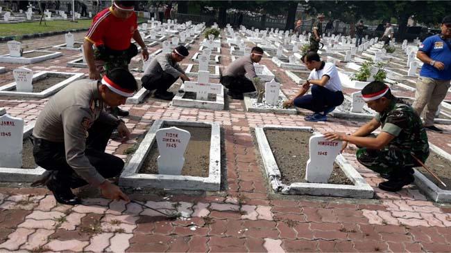 Sambut Hari Pahlawan, Anggota TNI-Polri Bersihkan TMP Sidoarjo
