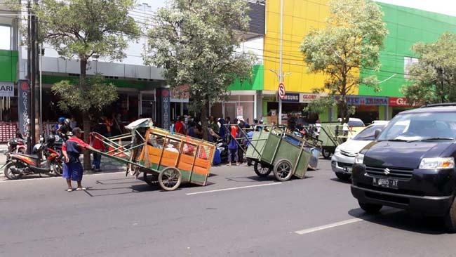 TPST Lingkar Timur Ditutup Lagi, Puluhan Penarik Gerobak Sampah Longmarch ke TPA