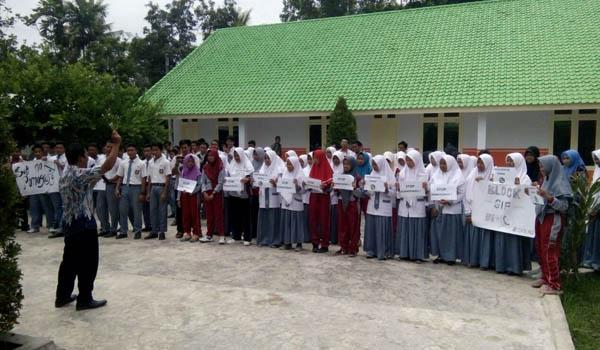 Ratusan Siswa Siswi SMK Muhamadiyah 5 Jember gelar Aksi Orasi Tolak Konten Porno Di Whatsapp.