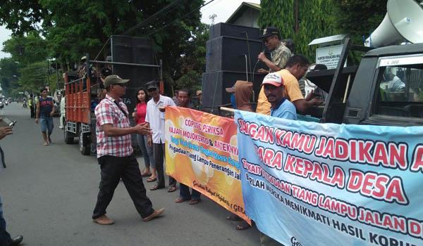 Masa Geram di depan kantor Kejaksaan Negeri Kabupaten Mojokerto. (ar)