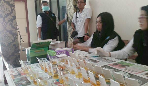 Petugas dari BNNK Trenggalek lakukan tes urine kepada anggota kepolisian