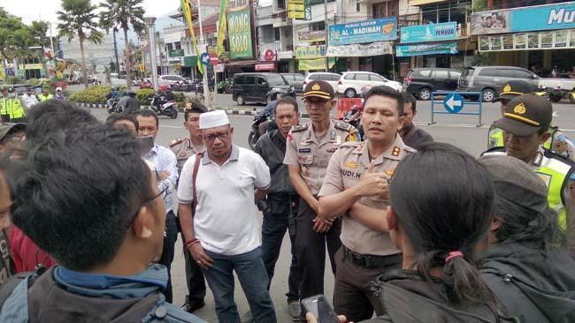 Aksi Damai MCW Sambut Walikota Batu Terpilih Dibubarkan