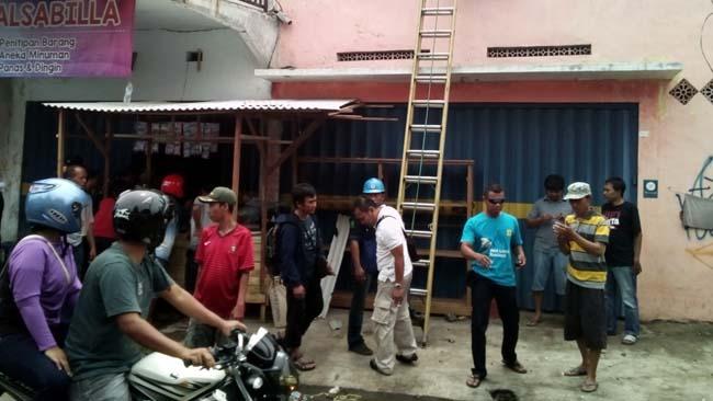 Betulkan Atap, Seorang Tukang Tersengat Aliran Listrik Tegangan Tinggi