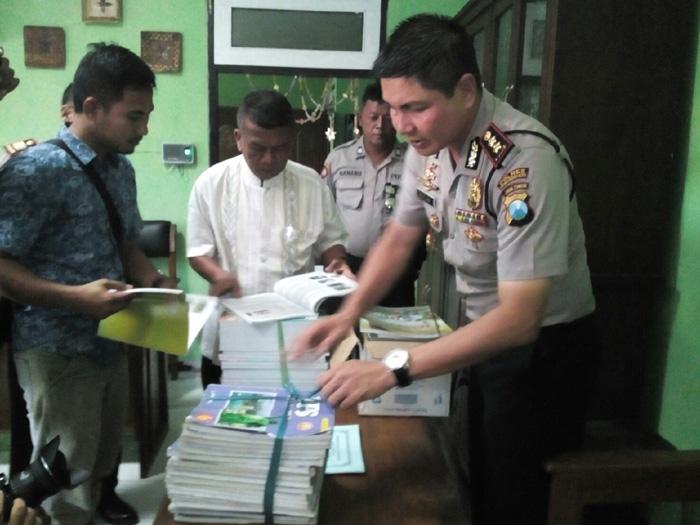 Kapolresta saat mengecek penarikan buku Pelajaran IPS untuk Sekolah Dasar kelas VI (pix)