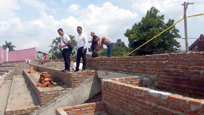 Petugas Satreskrim Polres Blitar Kota memasang garis polisi pada bangunan tribun stadion Suprijadi