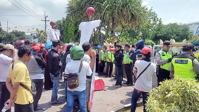 Ratusan PKL Luruk Kejaksaan Gresik, Tuntut 3 Rekannya Dibebaskan