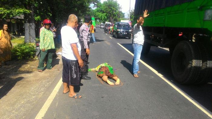 Korban Siti Wardah, saat tergeletak di aspal dengan kepala pecah.