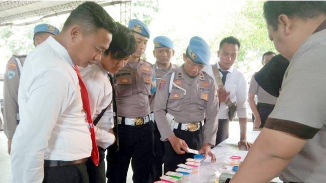 Anggota Polres Banyuwangi Jalani Tes Urin