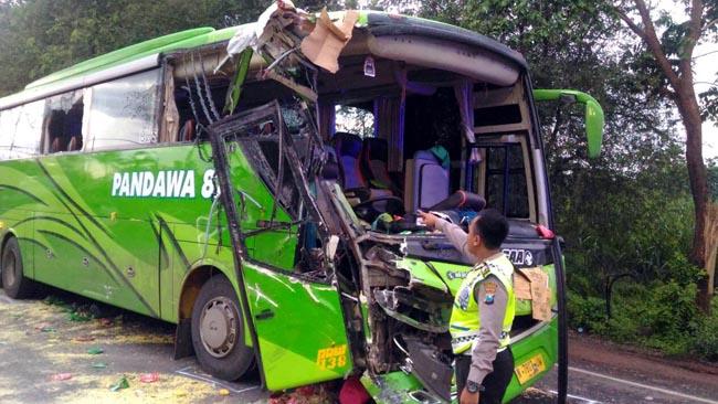 Bus Pandawa Tabrak Truk, Sopir dan Guru Asal Gresik Tewas Seketika