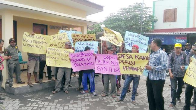 Camat Tuding PMD Lambat, Warga Dukuhsari Demo