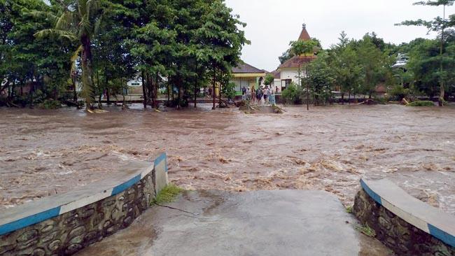 Diguyur Hujan Seharian, Kecamatan Wongsorejo Dikepung Banjir