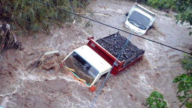 Dua Truk Pengangkut Pasir Terjebak Air di Aliran Sungai Melati