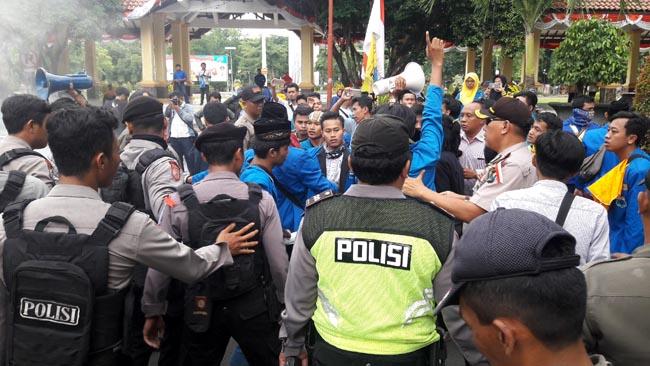 Pelantikan Sekda Baru, Diwarnai Kericuhan Demo Mahasiswa