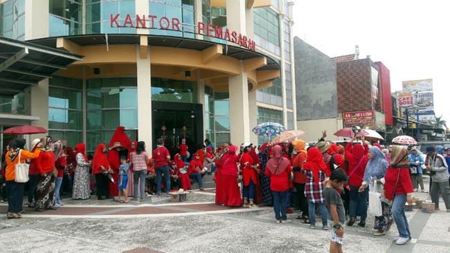 Ratusan Ibu Rumah Tangga Deltasari Demo Tuntut Perbaikan Jalan