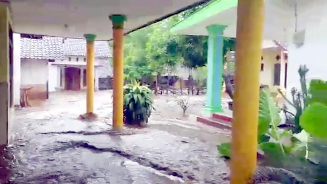 Sungai Bajul Mati Meluber, Puluhan Rumah Penduduk Terendam Banjir