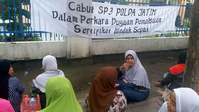 Warga Luruk Pengadilan Negeri Surabaya Terkait Waduk Sepat