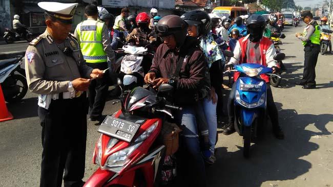 50 Pemotor Melintas di Jl Raya Porong , Ditilang Polisi