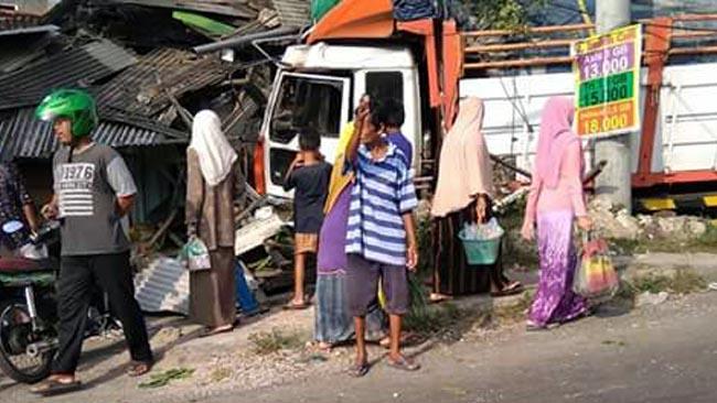 Diduga Rem Blong, Truk Material Seruduk Dua Rumah Warga Paciran