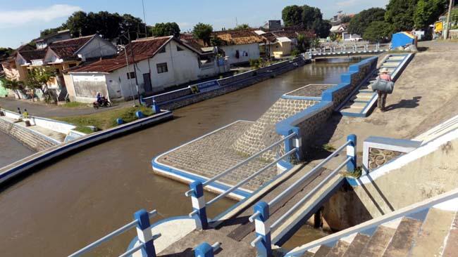 Warga Keluhkan Air Sungai Akibat Limbah Pabrik Rumput Laut Masih Bau