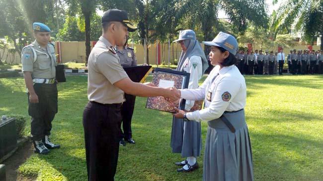 Berani Lawan Jambret, 2 Siswi SMK di Blitar Diberi Penghargaan