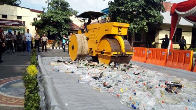 Jelang Bulan Puasa, Polres Gresik Musnahkan Ribuan Botol Miras Hasil Tangkapan 10 Hari