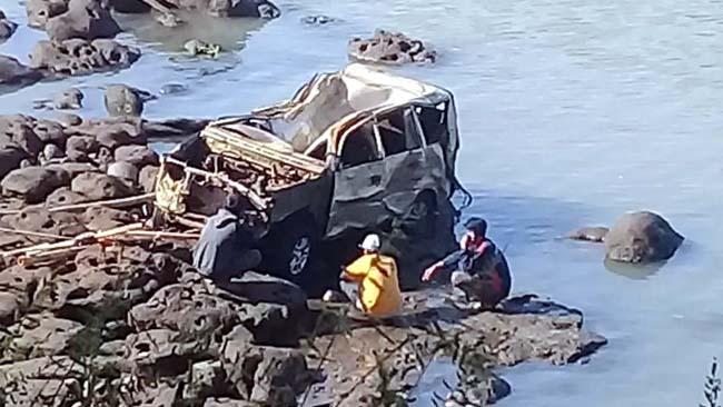 Warga Perbatasan Sidoarjo – Mojokerto Digegerkan Bangkai Mobil di Sungai Rolak Songo