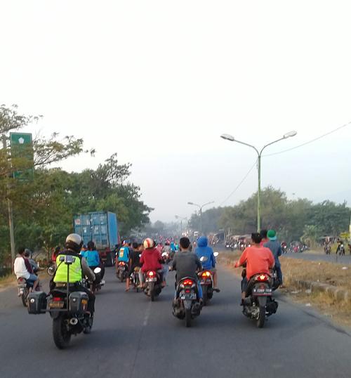 Petugas polisi Polsek Jabon,membubarkan sekelompok pemuda yang menongkrong disepanjang jalan raya exit tol (gus)