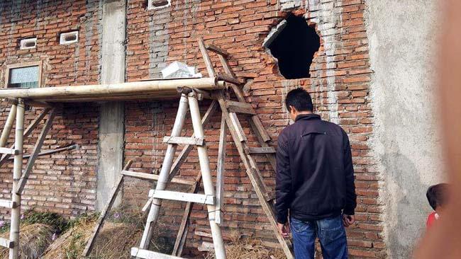Garong Satroni Tegalgondo, Lubangi Tembok Rumah Sikat TV