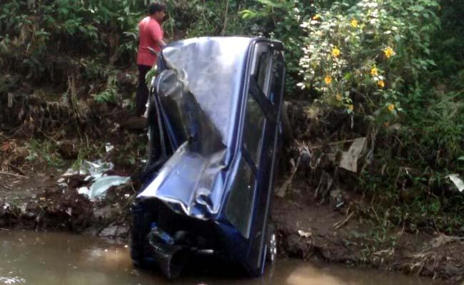 Kondisi mobil saat masih di sungai. (ist)