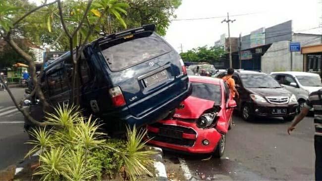Kecelakaan Beruntun, Mobil Kijang Naiki Ayla di Candi