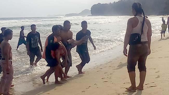 Main Bola Lompati Ombak Pantai, Tergulung Gelombang