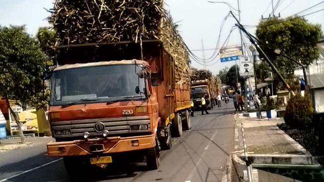 Muatan Terlalu Tinggi, Truk Tebu Nyangkut Kabel Listrik di Jalan Ranuyoso