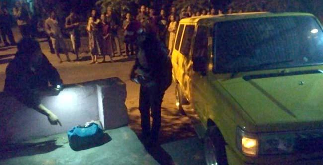 Tim Jihandak Gegana Sat Brimob Polda Jatim saat pendeteksian tas warna biru (gus HP)